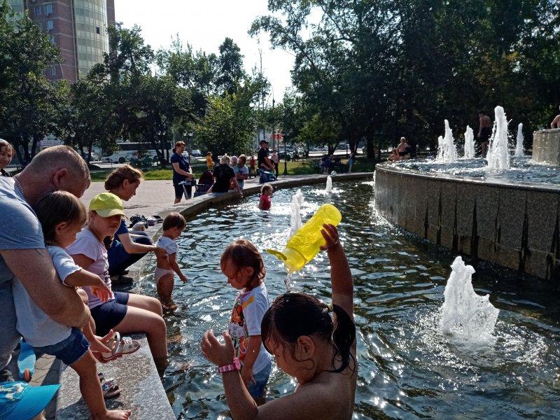 Новосибирцев разозлили купающиеся в фонтанах дети