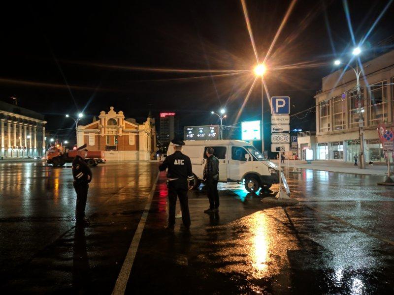 Сотрудники ДТП эвакуируют машины на площади Ленина после скандальной ночной вечеринки