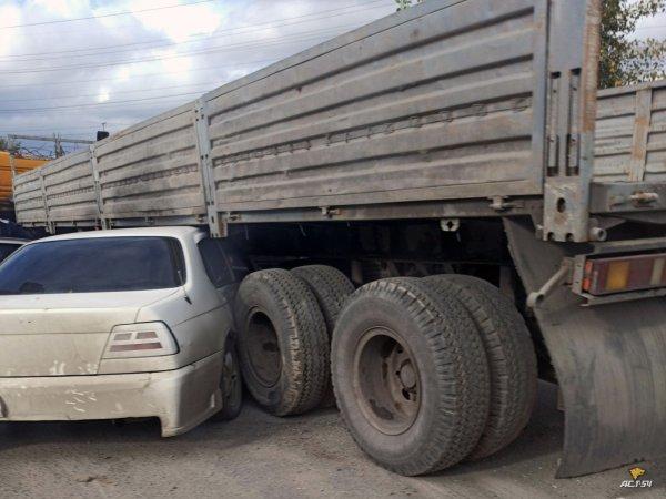 Пробка семь баллов: на улице Большая «легковушку» зажали грузовики