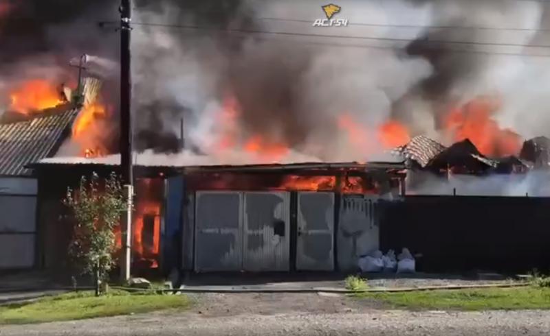 «Есть угроза взрыва»: в  Новосибирске горят три частных дома