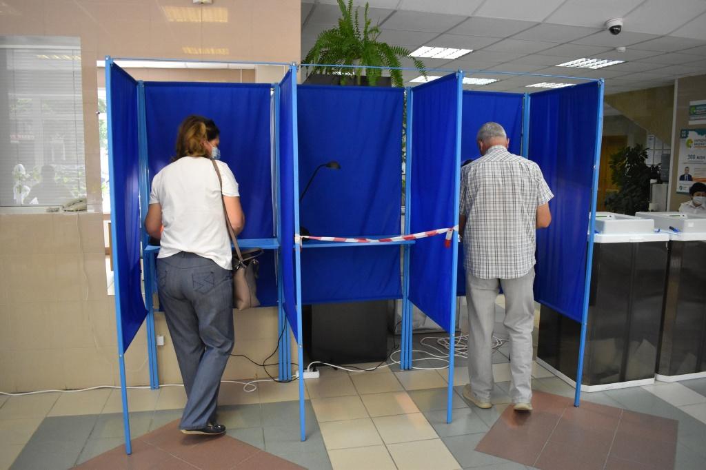 голосующие двое.jpg